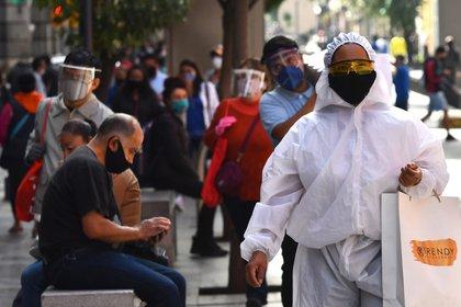 Los contagios y muertes por coronavirus continúan aumentando (Foto: EFE)