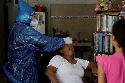 Especialista en salud y prueba de PCR para Covid-19 en Cartagena, Colombia.  EFE / Ricardo Maldonado Rozo