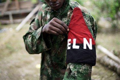 Una imagen de archivo de los rebeldes del Ejército de Liberación Nacional de Colombia (ELN) muestra su mano mientras posa en las selvas del noroeste de Colombia.  31 de agosto de 2017. REUTERS / Federica Rios / archive