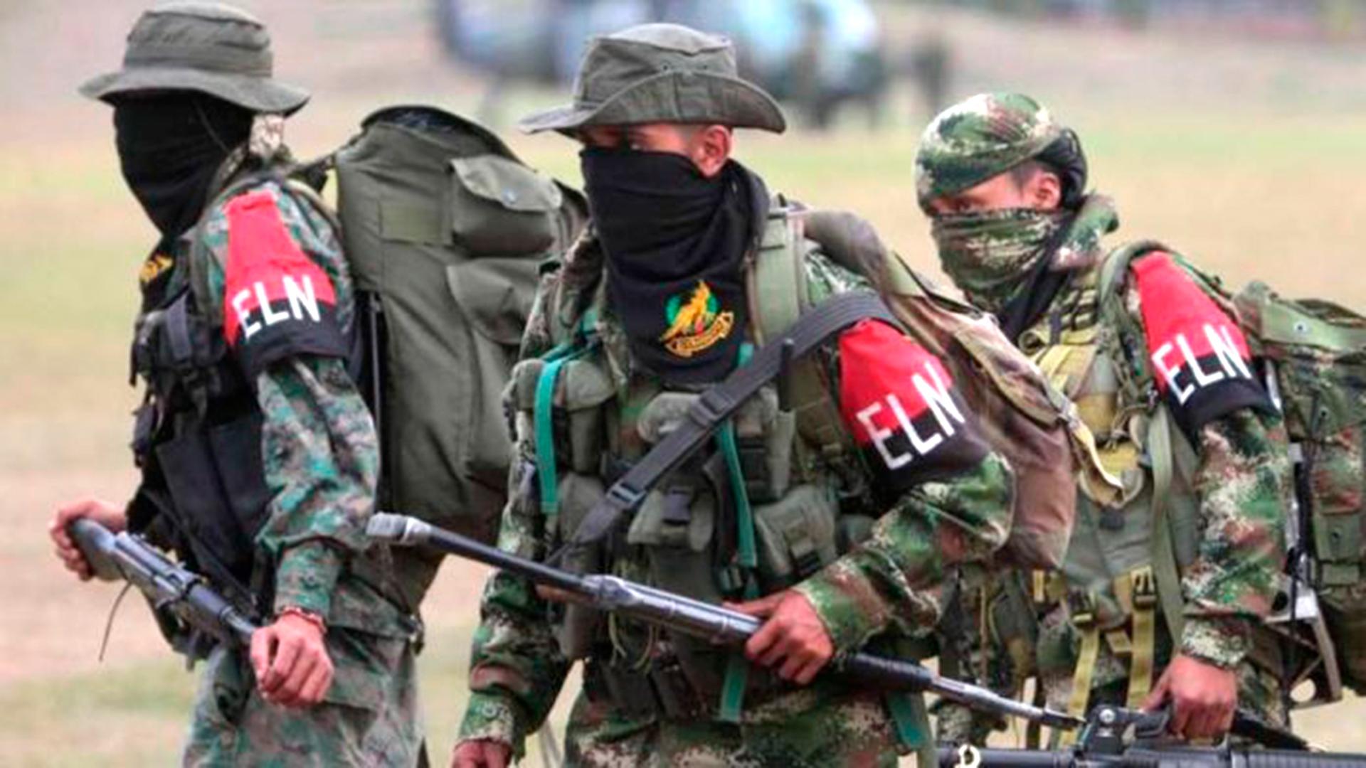 Guerrilleros del ELN mataron a dos soldados colombianos e hirieron a otros ocho en un ataque con artefactos explosivos en la frontera con Venezuela.