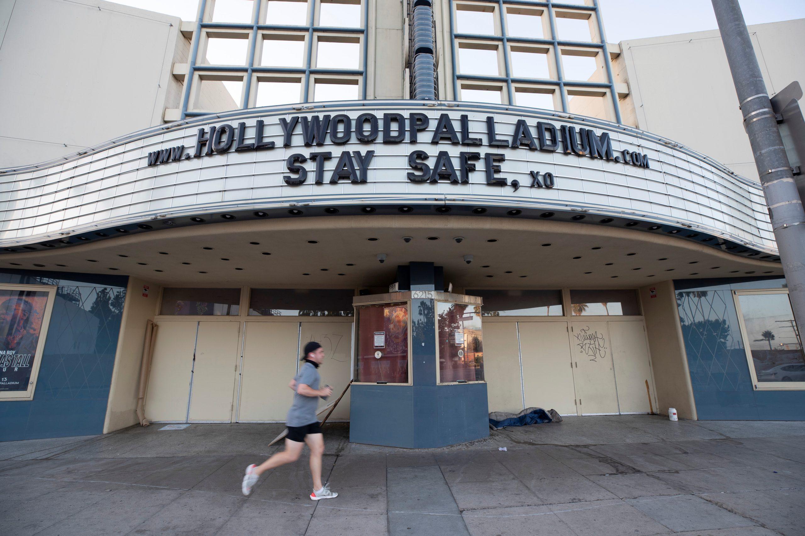 El alcalde de Los Ángeles reconoce la reapertura de la ciudad a medida que aumentan los brotes de coronavirus