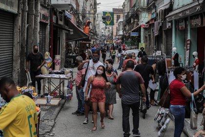 Decenas de personas caminan por el centro comercial de Río de Janeiro (Brasil) (EFE / Antonio Lacerda / Archivo)