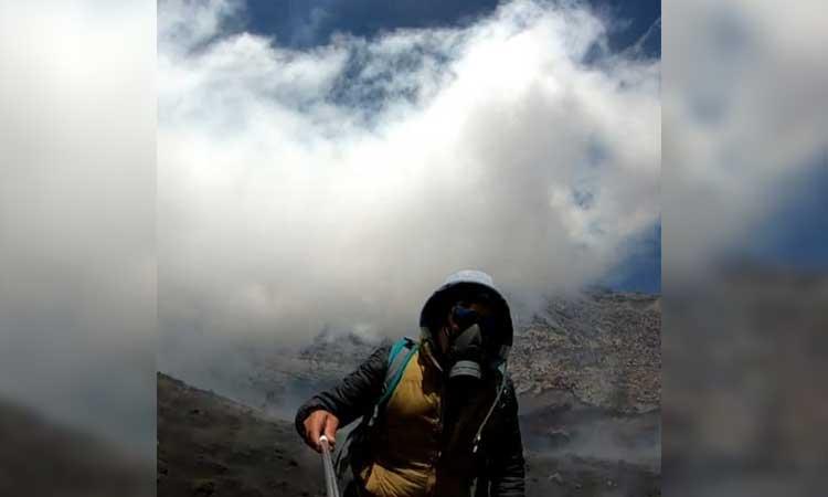 Volcán Popocatépetl.  Youtuber sube al cráter անում video