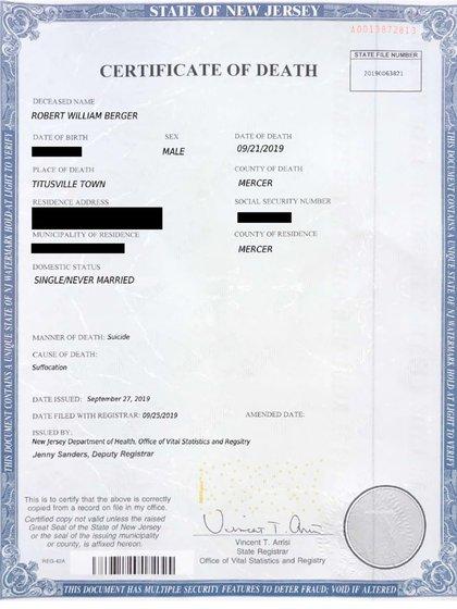 Esta imagen, proporcionada por la Oficina del Fiscal del Estado de Ninau en Nueva York, muestra un certificado de defunción falso con información censurada.  (Oficina del Fiscal de Distrito del Condado de Nassau a través de la AP)