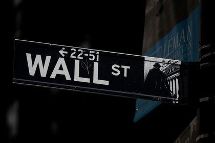 Imagen de archivo de carteles de Wall Street cerca de la Bolsa de Nueva York.  17 de septiembre de 2019. REUTERS / Brendan McDermid