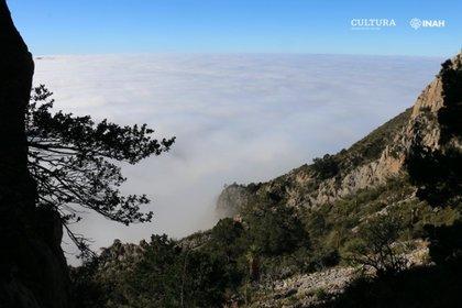 A una altitud de 2740 m, la entrada a la Cueva del Chiquihuite se eleva por encima de las nubes en las montañas del desierto del norte de Zakatekas.  Foto de Ciprian Ardelean.