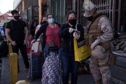 Las fuerzas armadas controlan a los ciudadanos en Santiago (Chile).  EFE / Alberto Valdés / archivo