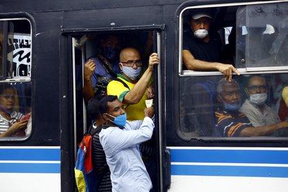 Personas en un autobús durante una pandemia de coronavirus en Venezuela
