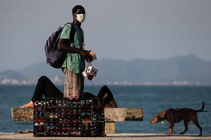 Gafas de sol para la venta en Copacabana durante la epidemia de coronavirus REUTERS / Sergio Moraes