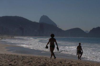 Imagen de seguridad.  La gente camina en la playa de Copacabana, Coronavirus, en Río de Janeiro, Brasil, 2 de junio de 2020.  REUTERS / Pilar Olivares: