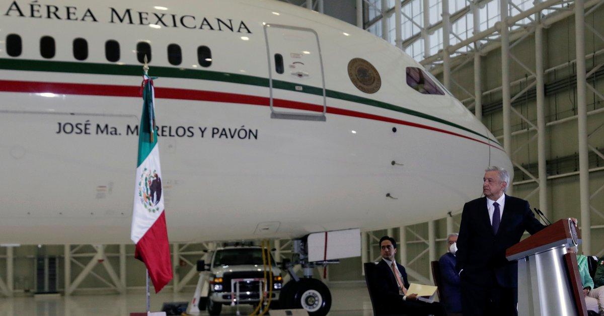"""""""Es un ejemplo de excesos"""".  López Obrador da una conferencia frente al avión presidencial"""