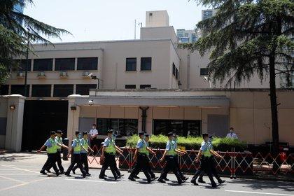 Policía en el Consulado en Chengdu.  REUTERS / Thomas Peter: