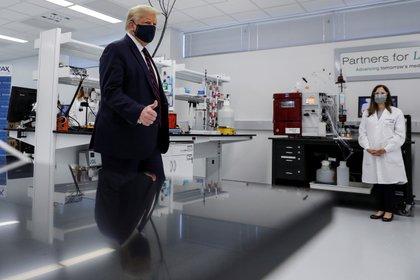 El presidente de los Estados Unidos, Donald Trump, respalda a los periodistas durante un recorrido por el Centro de Innovación Biotecnológica Fujifilm Diosynth, una compañía farmacéutica, donde se están desarrollando ingredientes para un posible candidato a vacuna para COVID-19 en Morrisville, Carolina del Norte.