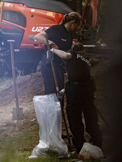 La policía no especificó cuál era la conexión del sospechoso con el paquete o qué buscaron los agentes, que fue fotografiado con palas y perros de búsqueda.  (Vía Peter Steffen / dpa AP)
