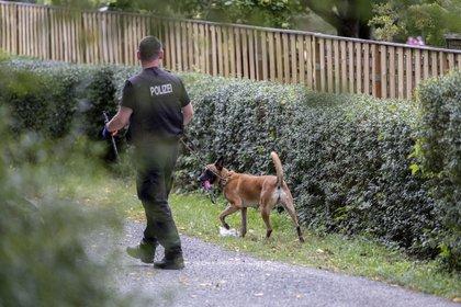Varios vehículos estaban en la escena, y el perro francotirador también se utilizó para inspeccionar los terrenos.  (Vía Peter Steffen / dpa AP)