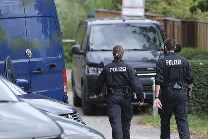 Oficiales de policía alemanes en Selce, Hannover, durante una operación de búsqueda (Peter Stephen / via dpa AP)