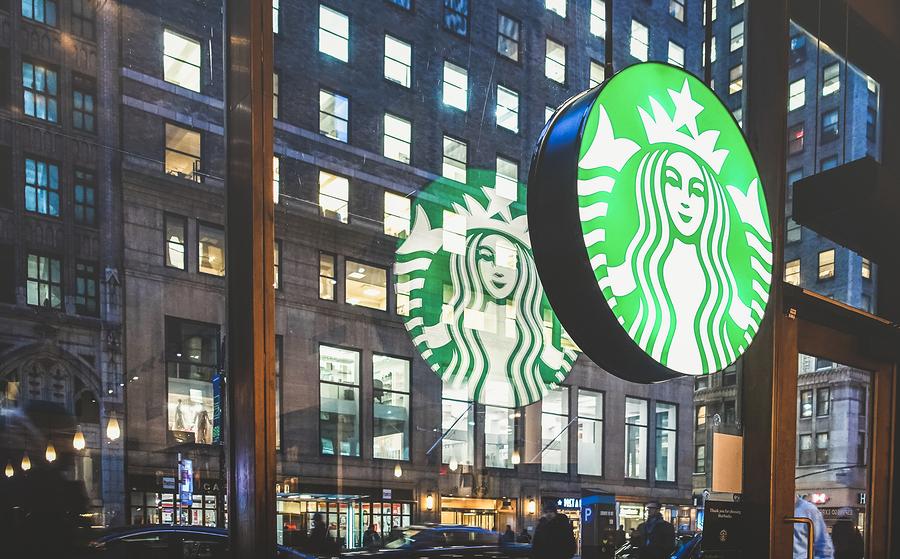 Esto es lo que piensa el CEO de Starbucks sobre los estándares obligatorios de los clientes