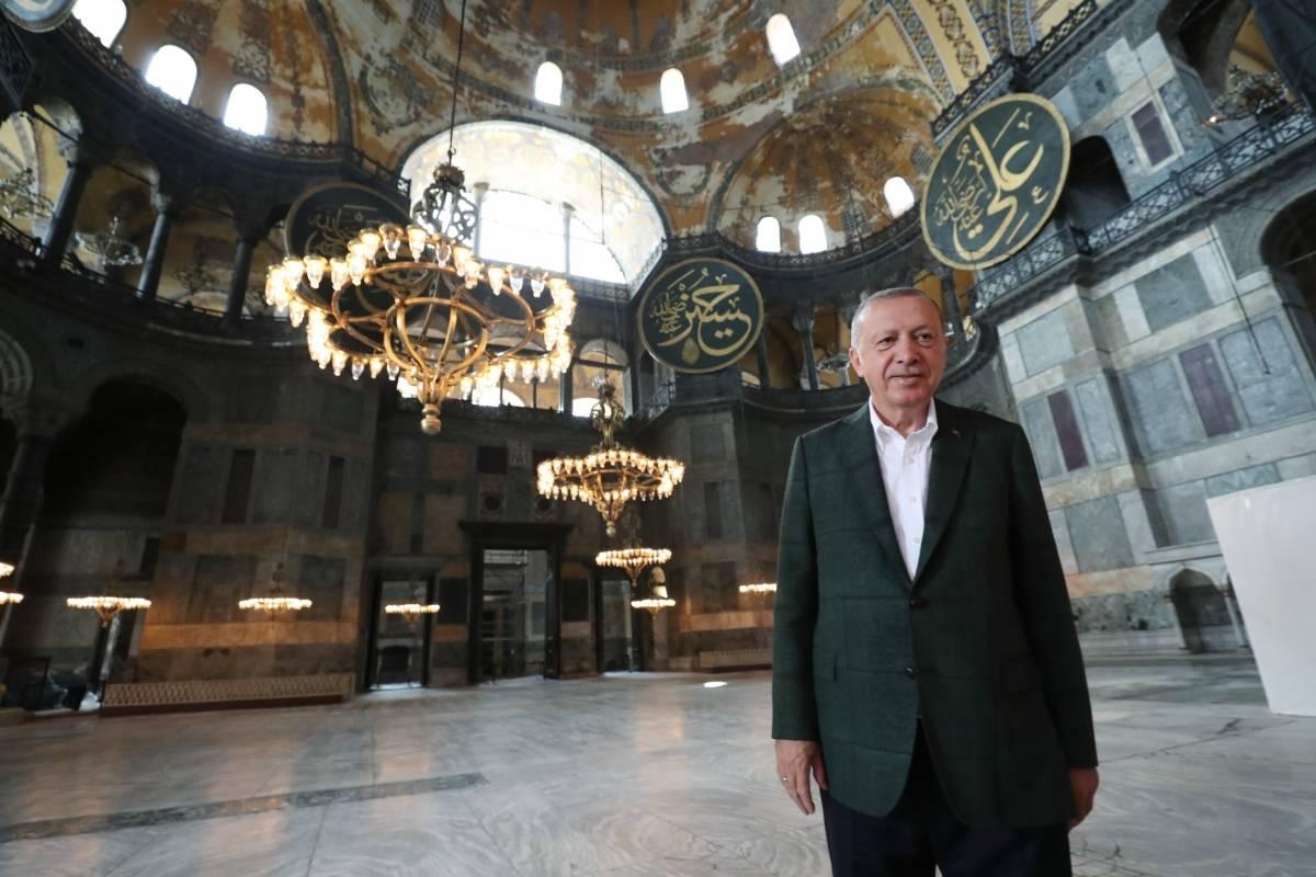 Turquía - Erdogan visita la antigua Hagia Sophia en Estambul, ahora convertida en mezquita
