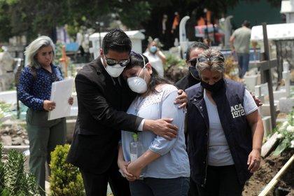 Entierro de un hombre muerto por coronavirus en México (REUTERS / Henry Romero)