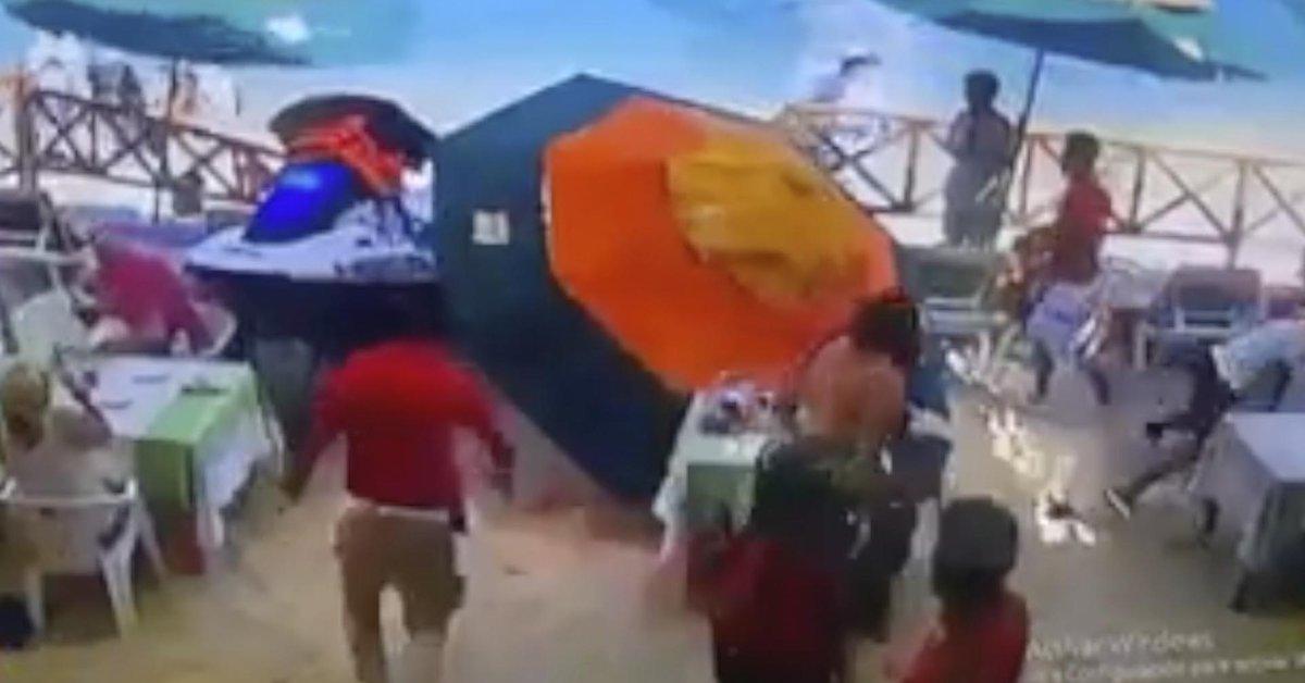 Un momento aterrador, el esquiador del avión atropelló a un vendedor ambulante en Los Cabos