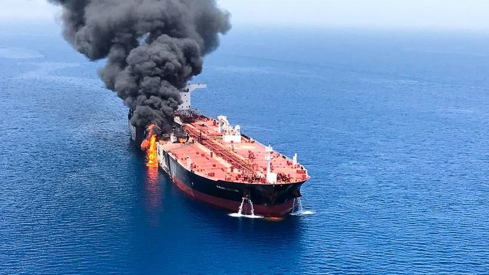 El tanque Front Altair quemado en el Golfo de Omán