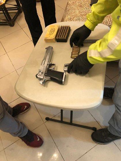 Armas confiscadas a Bukaram en su arresto en junio (TWITTER / @ FISCALIAECUADOR)