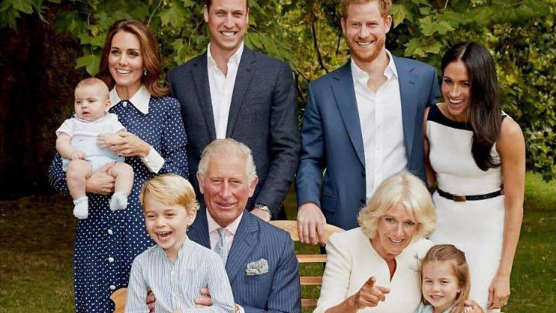 """La verdad detrás de la entrañable foto familiar del príncipe Carlos en su 70.º cumpleaños que resultó ser una """"absoluta pesadilla"""""""