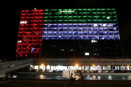 En Israel, la ciudad de Tel Aviv se publica con los colores de la bandera de los Emiratos Árabes Unidos tras el anuncio del acuerdo entre los dos países.