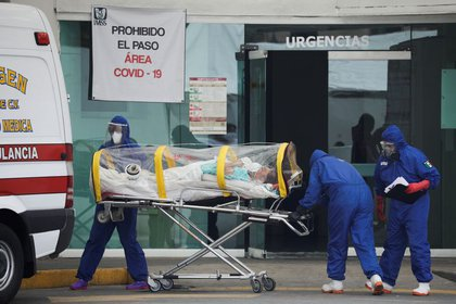 En total, fueron 585 médicos cubanos que colaboraron en varios hospitales COVID de la capital (Foto de Reuters)