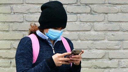 Deben usarse guantes desechables para limpiar el teléfono celular (Foto de AFP)