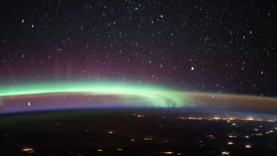 Captan dos de los fenómenos atmosféricos más coloridos de la Tierra en una sola imagen tomada desde la EEI