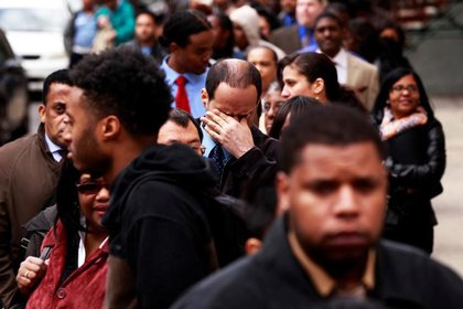 El hombre se frota los ojos mientras espera a Martin Luther King, Jr., un médico administrado por el Departamento de Trabajo de Nueva York.  12 de abril de 2012 (REUTERS / Lucas Jackson)