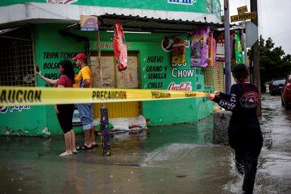 Un rescatista ató una cinta amarilla a Stran Hanna en San Nicolás de los García, un suburbio de Monterey, México, el 26 de julio.  REUTERS / Daniel Becerril: