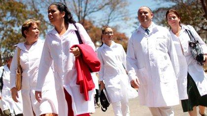Médicos cubanos supervisan centros de aislamiento (archivo)