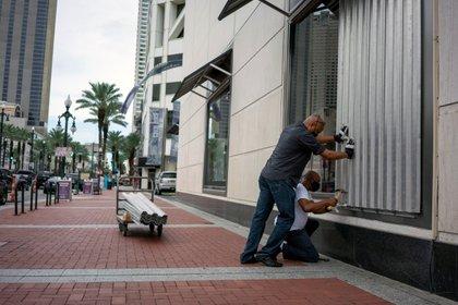 Dos personas se preparan para la Quinta Avenida en Nueva Orleans para el huracán Laura el 23 de agosto de 2020.  REUTERS / Kathleen Flynn