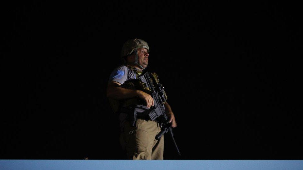 Civiles armados en los tejados de Kenosha, Wisconsin.