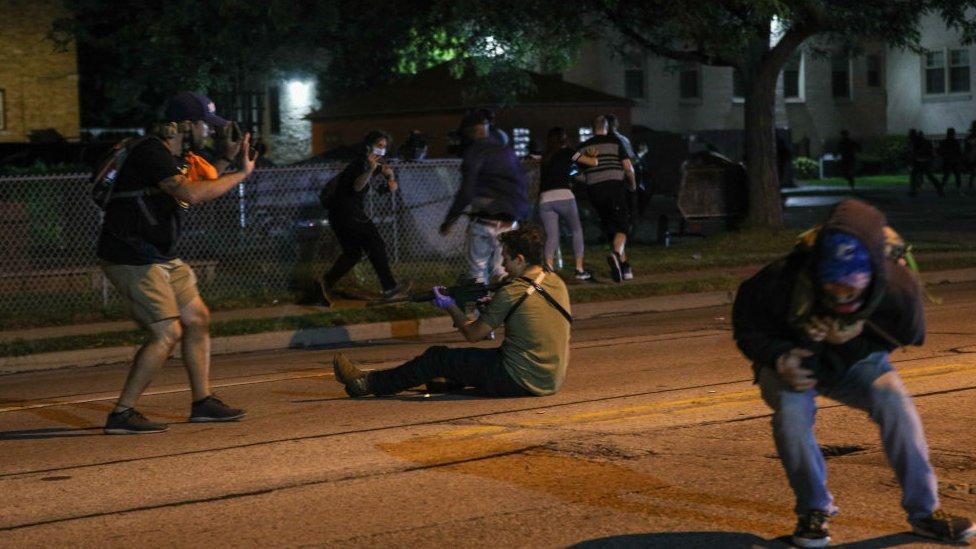 La foto supuestamente muestra a Kyle Ritenhaus apuntando a un rifle semiautomático.