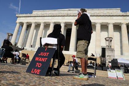 Los asistentes intentan mantener la distancia social (REUTERS / Jonathan Ernst / Pool)