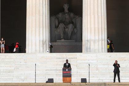 T. Hobson-Powell, un adolescente rebelde que obtuvo un título universitario a la edad de 19 años y ahora es el director fundador de DC for Concerned Citizens, habló con los manifestantes en el Lincoln Memorial el día 28.  Agosto de 2020 (REUTERS / Tom Brenner)