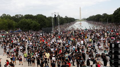 Una multitud se reunió en Washington el viernes para conmemorar el 57 aniversario del discurso de Martin Luther King Jr.  REUTERS / Tom Brenner