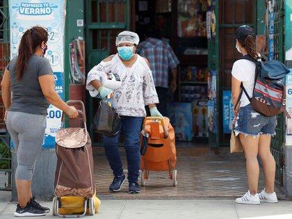 Grupos de personas van de compras en Lima, Perú a causa de la epidemia (EFE / Paolo Aguilar / Archivo)