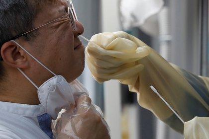 Hombre se somete a prueba de coronavirus en Seúl, Corea del Sur (REUTERS / Kim Hong-Ji)