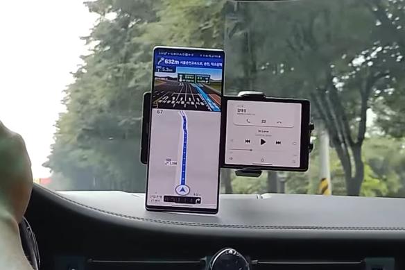 El teléfono inteligente con una segunda pantalla giratoria aparece en el video: un nuevo concepto para competir contra los pliegues
