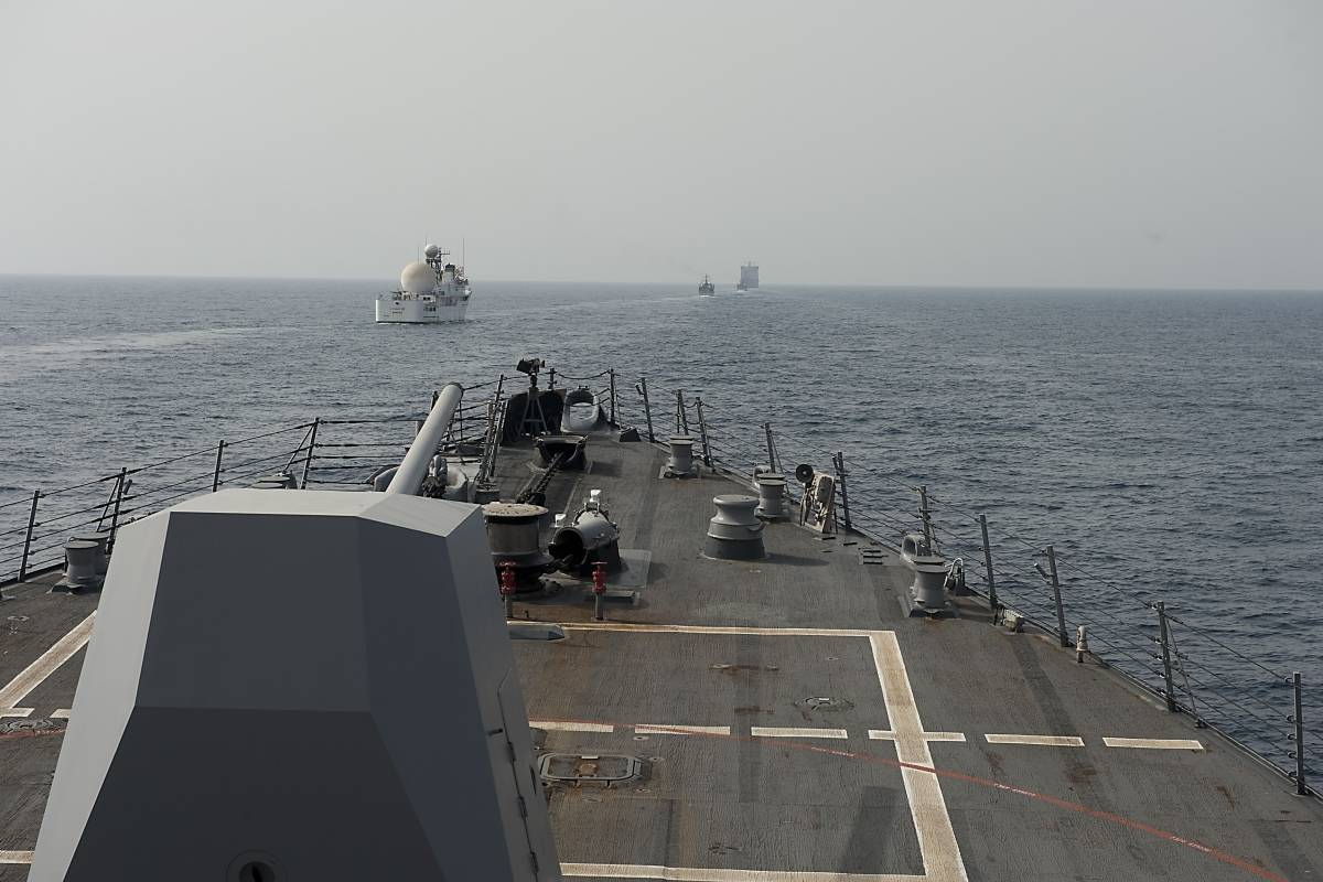 Irán - Estados Unidos acusa a Irán de obstruir brevemente un barco mercante cerca del Estrecho de Ormuz