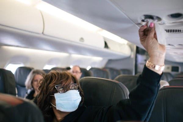La mujer contrae el coronavirus en la cabina del avión