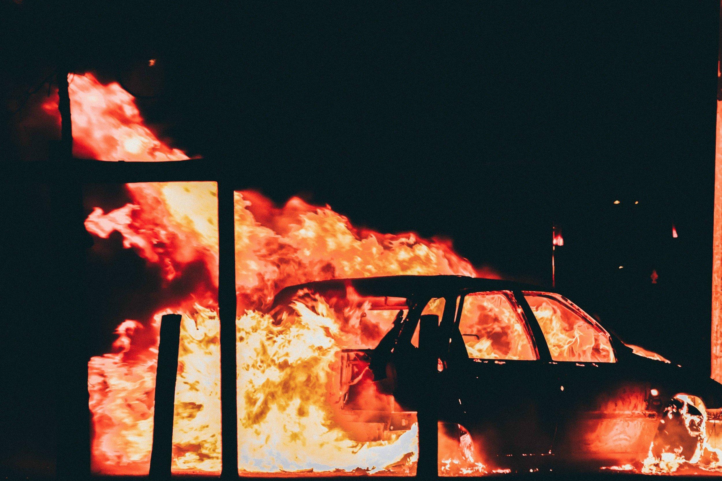 Manifestantes queman más de 100 autos en EU