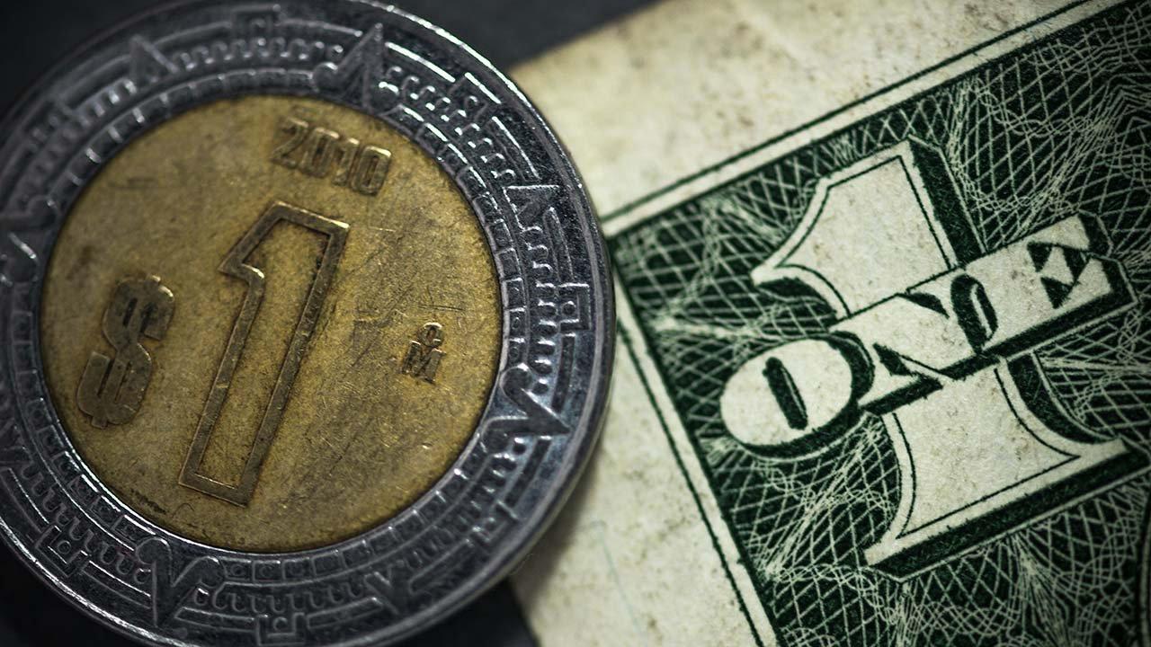 Peso toca su mejor nivel del mes tras baja de tasa de Banxico
