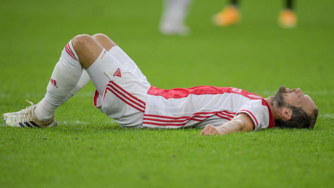 """VIDEO: Un jugador del Ajax colapsa durante un partido después de que se """"disparara"""" un dispositivo que controla su ritmo cardíaco"""