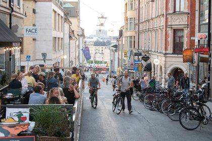 La vida en el centro de Estocolmo es casi indistinguible de épocas anteriores de la epidemia.