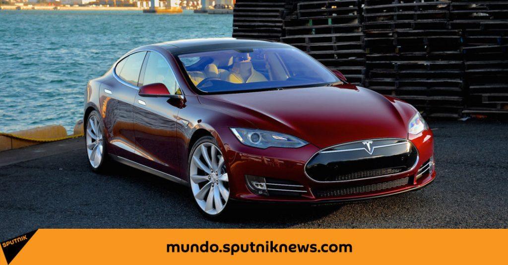 Tesla está tratando de escapar de la policía con su conductor dormido